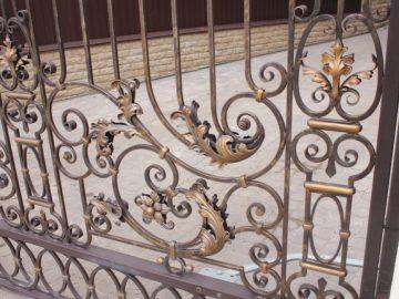 Кованые ворота. Отель Екатерина
