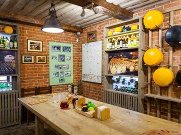 Музей сыра. Стеллажи и дубовый стол