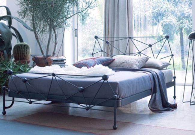 Кованая мебель в интерьере спальни. 50 фото