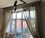 Кованый французский балкон за окном